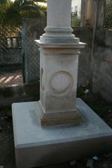 Pedestal de un cruceiro de piedra.