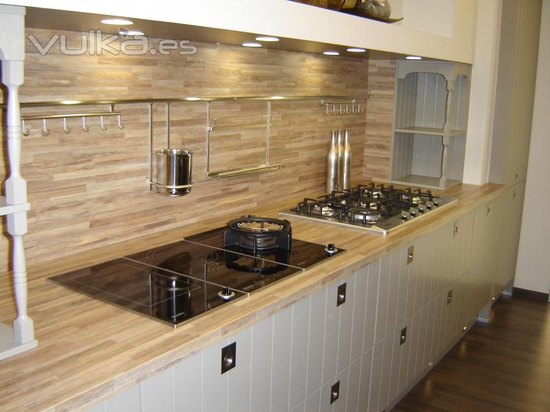 Foto cocina campera combinada en madera haya o roble y for Cocinas modernas color madera