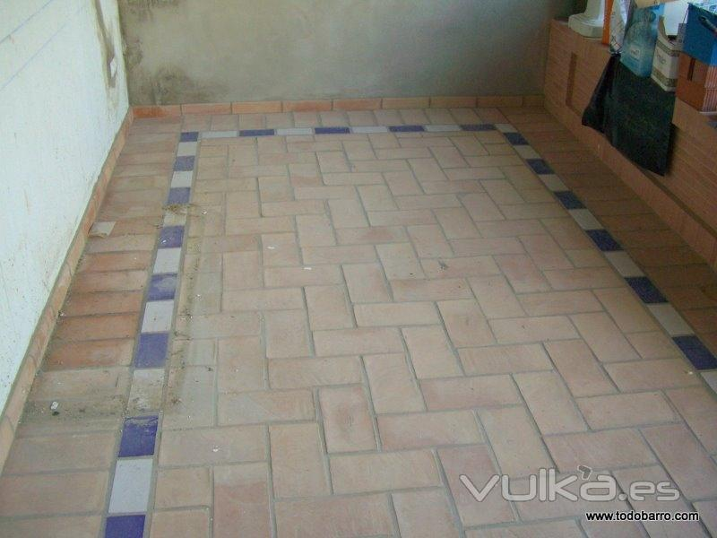 Foto suelo r stico de barro con restos de obra for Suelos para patios rusticos