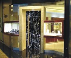 Puerta de entrada de la joyer�a ferini del marmol portoro.