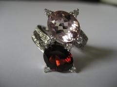 Sortija en oro blanco y diamantes con granate y morganita ovales.