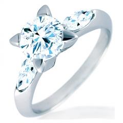 Anillo de oro blanco de 18 kilates con diamante central brillante y diamantes marquise