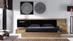 Dormitorio color nogal con cabezal cristal negro