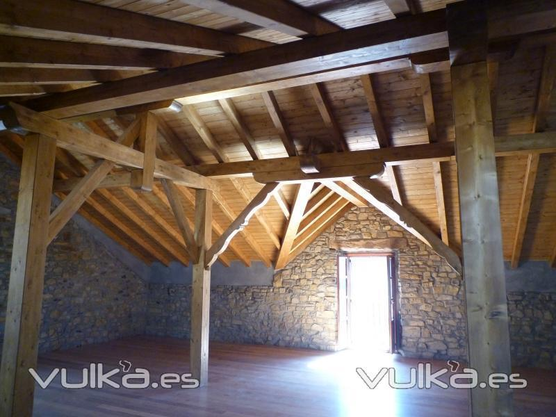 Foto cubierta a dos aguas apoyada sobre cuatro pilares for Tejados de madera a cuatro aguas