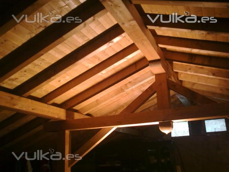 Foto cubierta a dos aguas con p rtico tradicional for Tejados de madera a dos aguas