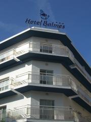 El cartel luminoso para localizar facilmente el hotel