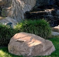 Roca Conmemoriativa con urna para cenizas