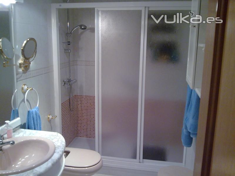 Reformas Baños Hortaleza:Foto: Colocación de mampara de ducha 3 hojas correderas