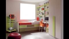 Dormitorio juvenil con compacto estantes y armario de puertas batientes