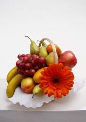 Cesta de frutas a la venta con uvas frutassonia
