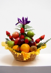 Cesta de frutas a la venta con fresas frutassonia