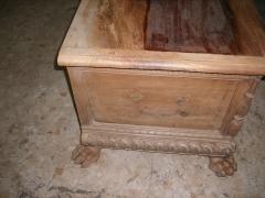 Arca de nogal en proceso de restauraci�n, con el tablero superior manchado