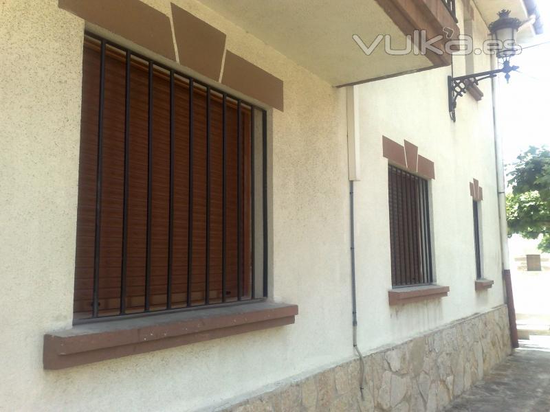 rejas para ventanas trabajadas en tubo y pletina lacadas al horno