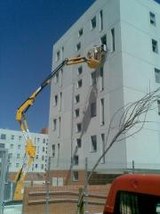 Montaje de aire acondicionado en fachada con brazo de 15m el�ctrico