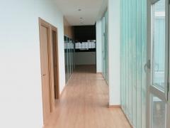 Zona de despachos y aseos en tienda moterillos