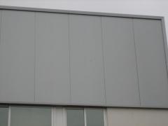 Detalle constructivo en fachada con panel sandwich