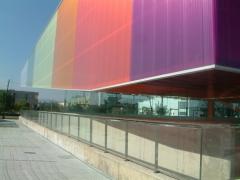 Fachada panel snadwich con policarbonato en colores