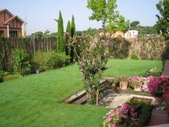 Jardin con pradera y zona de estanque