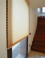 Se trata de cortinas elaboradas con un tejido en forma de abanico, que permite un fácil y funcional recogimiento en ...