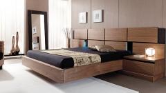 Dormitorio de matrimonio en color nogal con cabezal con paneles
