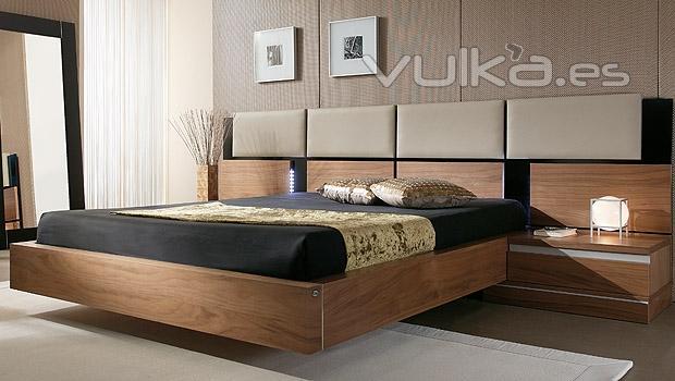 Foto cabezal con paneles tapizados y aro en chapa natural for Muebles tapizados modernos