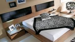 Dormitorio moderno en color nogal con cabezal lacado en negro