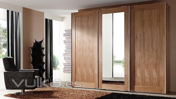 Foto armario de puertas correderas en color nogal y - Puertas de espejo ...