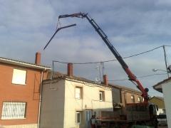 Cami�n Pluma con Jib subiendo material a cubierta en Villasarracino (Palencia)