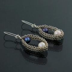 Pendientes ba�ados en plata con perlas cultivadas blancas y negras. tecnica: tejido artistico;