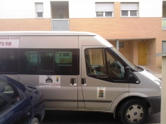 Taxi equipado con conductor y vigilante de seguridad muy peligroso