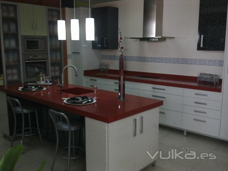 Foto cocina isla de formica fantasia con encimera roja - Encimeras de formica para cocinas ...