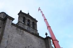 Autogr�a con plum�n realizando trabajos en la iglesia de San Francisco en Trujillo (C�ceres)
