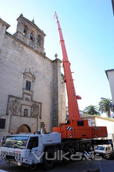 Autogrúa con plumín realizando trabajos en la iglesia de San Francisco en Trujillo (Cáceres)
