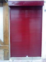 Persiana antiblocante roja (tahona) con sistema block para reducir el tama�o de los antiesteticos cajones . buena , ...