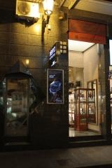 Vista fachada noctuan de la tienda de la calle santo domingo