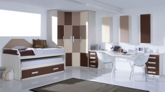 Habitacion juvenil con amplia zona estudio y compacto arrastre en tonos marrones