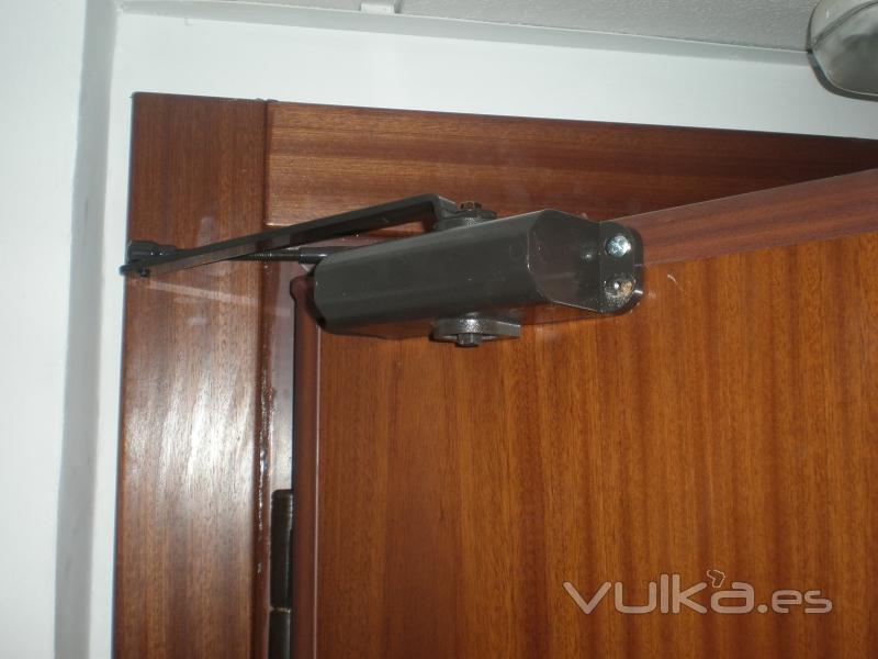 Puertas de seguridad acorazadas a d l distribuidor - Cierra puertas automatico ...