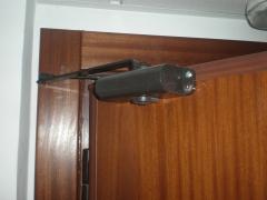 Sistema cierra puertas para puerta acorazada gardesa