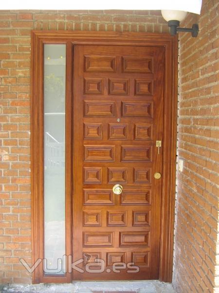 Puerta castellana fabricada en madera Pino Melix con fijo de cristal