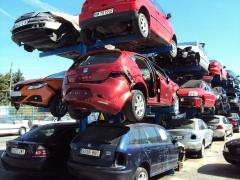 Estanterias de coches para desguace en la zona de recepci�n