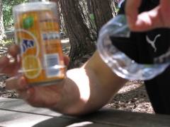Protector y vaso, para latas de bebida.