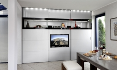 Armario a medida y personalizado. televisor de pantalla plana integrada en una de las puertas correderas. se puede ...