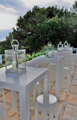 Mesas de pie, taburetes y candelabros de mesa