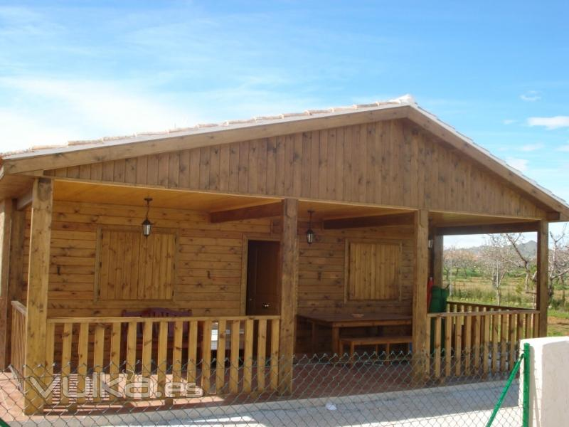 Foto casa de madera con revestimiento exterior en madera for Casas de madera infantiles para exterior