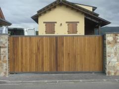 Porton de madera y hierro motorizado
