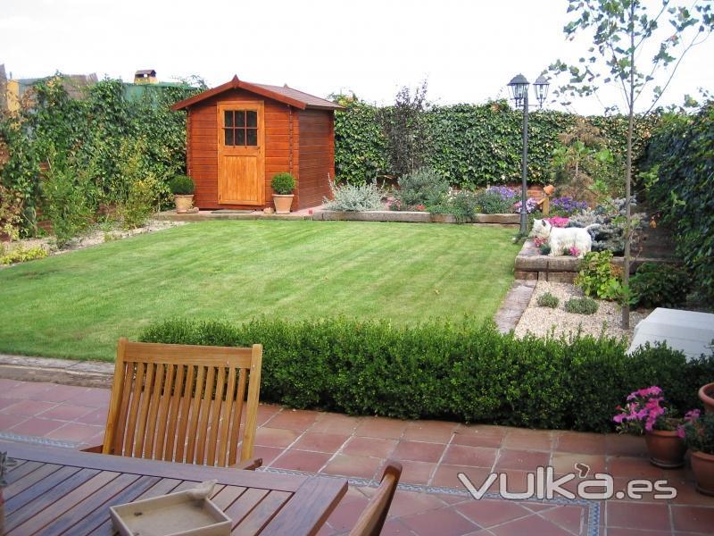 Foto peque o jardin con pradera separada por traviesas de for Arbustos pequenos para jardin
