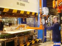 Manipulador ingravido con ventosas y pinza neumatica para carga y descarga maquinas de inyeccion