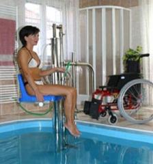 Silla elevadora de piscina, una forma sencilla de entrar y salir de la piscina para aquellas personas con ...
