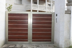Puertas porton-kit combinación panel sandwich, aluminio y acero inox.