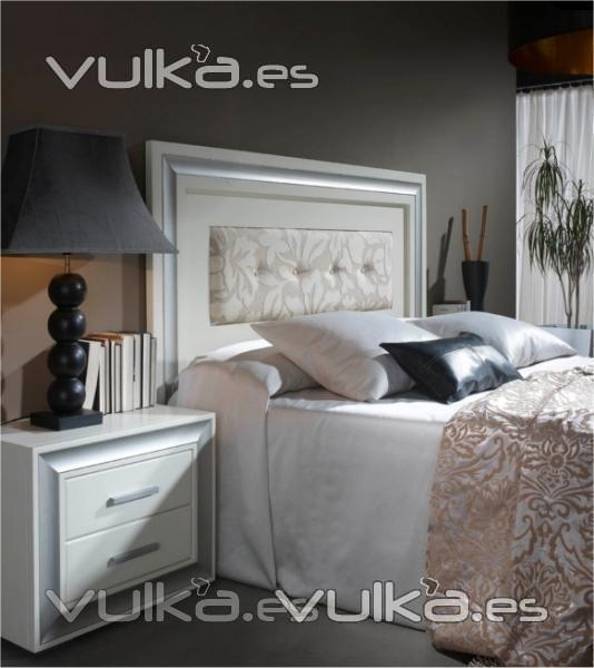 Foto dormitorio de matrimonio de estilo colonial blanco for Dormitorio wengue y plata